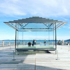 京都を一望できる山の上にガラスの茶室があるのを知っていますか この茶室があるのは京都山科の青蓮院将軍塚青龍殿です 京都が一望できる大パノラマの景色と非常に透明度が高いガラスを通して見えるまわりの景色は絶景 時間帯によって美しさが変化しますよ()/ ぜひ観に行ってみてね tags[京都府]