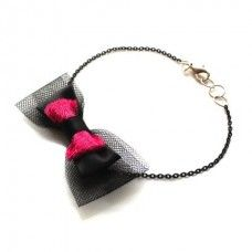 Három rétegű (fekete tüll, fekete szatén és rózsaszín bársony díszítésű) masnis bokalánc.