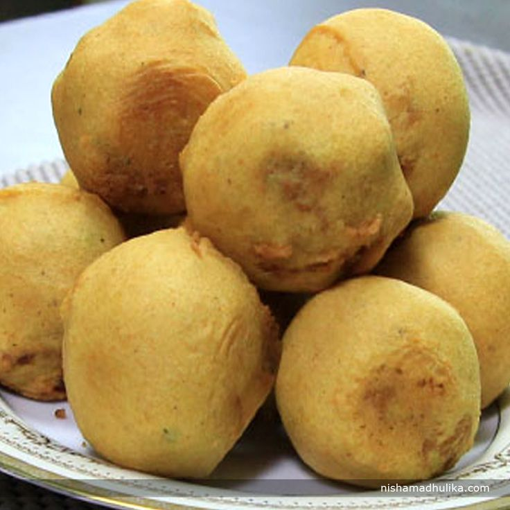 Bread aloo bonda or bread batata vada is one the all time favorite snacks. Recipe in English- http://indiangoodfood.com/83-bread-aloo-bonda-recipe.html (copy and paste link into browser)  Recipe in Hindi- http://nishamadhulika.com/1293-bread-aloo-bonda-recipe.html (Copy and paste link into browser)