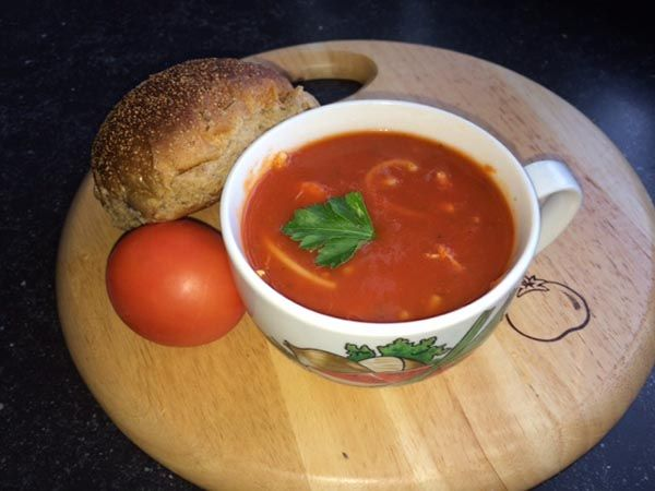 Toevoegen aan mijn receptenWat is er nou lekkerder dan een heerlijke kop tomatensoep? Deze variatie met kip en vermicelli is absoluut het proberen waard. Maak hem voor het avondeten of voor de lunch. Heerlijk met een stukje brood. Tip: Je kunt in plaats van tomatenblokjes ook gepureerde tomaten gebruiken en de ui weglaten, zodat de …