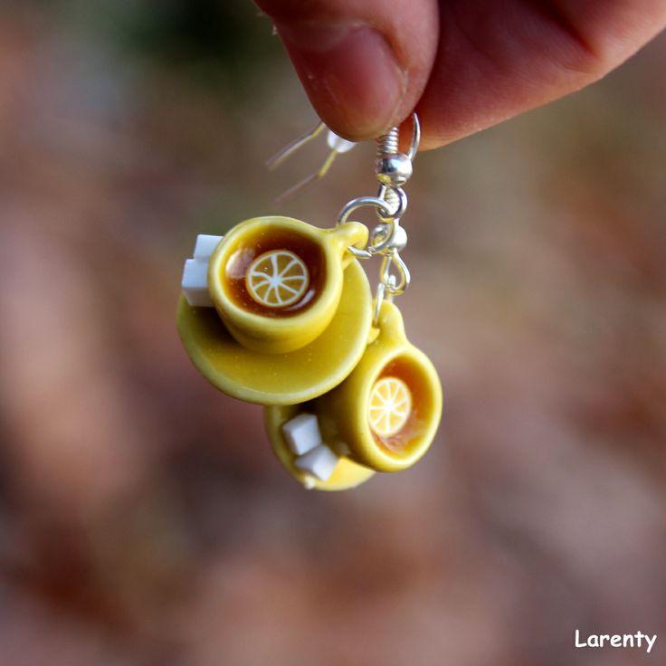 Šálek citronového čaje Hrnek plný ovocného čaje dozdobený plátkem citronu naservírovaný na okrasném talířku se dvěma cukříky. Naušničky jsou droboučké a lehké, velikost cca 20 mm.