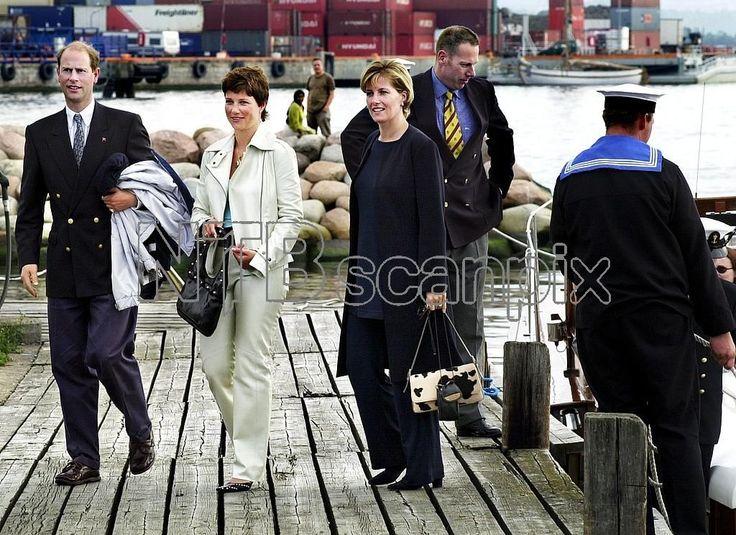 Märtha Louise (midten) flankert av prins Edward og grevinne Sophie