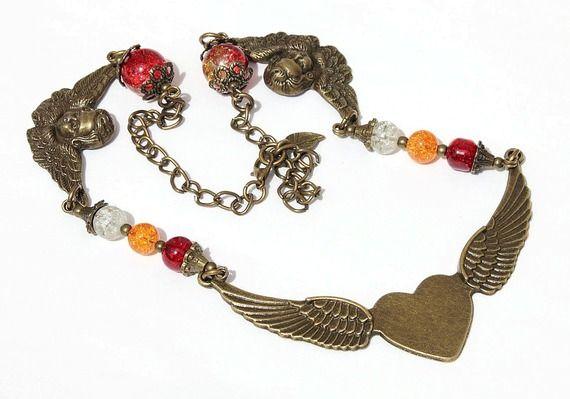 """Collier orné d'un coeur ailé central et de perles de verre craquées de couleur : """"Petit coeur d'ange"""""""