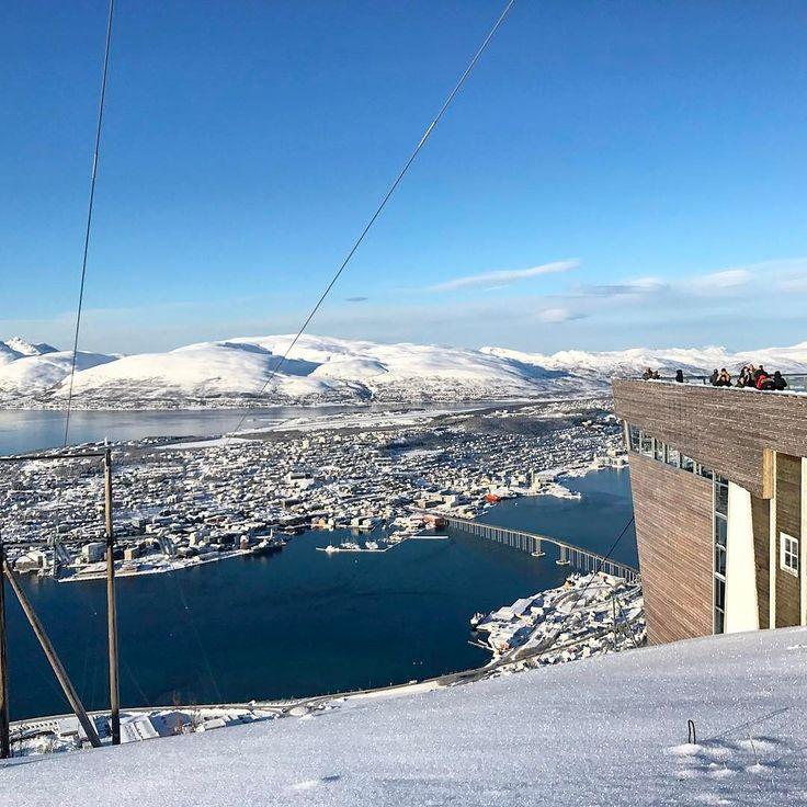 Ho atteso sperando di postare una foto dell'aurora #rainbowRTW rimedio con il sensazionale panorama da #Fløya il luogo più emozionante di questa città. #leviedelnord sono varie e imprevedibili e a volte serve solo un pizzico di fortuna. Per info visita www.leviedelnord.com #visitnorway #visittromso  @visitnorway_it  @leviedelnord  @visottromso
