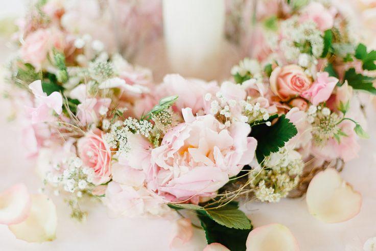 Blumendekoration als Kranz in Rosa mit Pfingstrosen bei www.weddingstyle.de| Foto: Irina und Chris Wegelin
