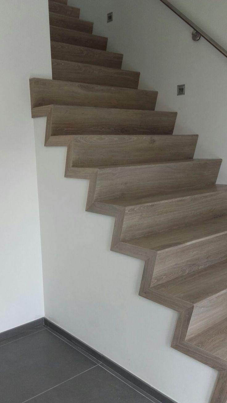 Uw betonnen trap bekleden? Ook het model van de trap kan worden aangepast. Deze Z-vorm trap met houtdecor zorgt voor een moderne, luxe en warme uitstraling.