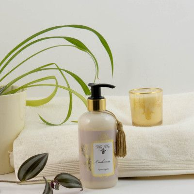 Towels from Möve, Cashmere liquidsoap and scented candle from Villa Buti, Tuscany, Italy. https://underbarabad.se/product.html/presentpaket-lyx?category_id=11