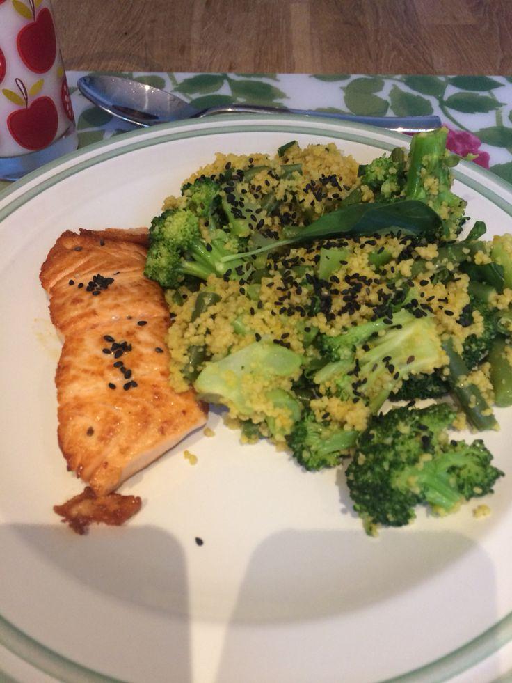 Zalmfilet met couscous gevuld met sperziebonen en broccoli getopt met geroosterd zwart sesamzaad