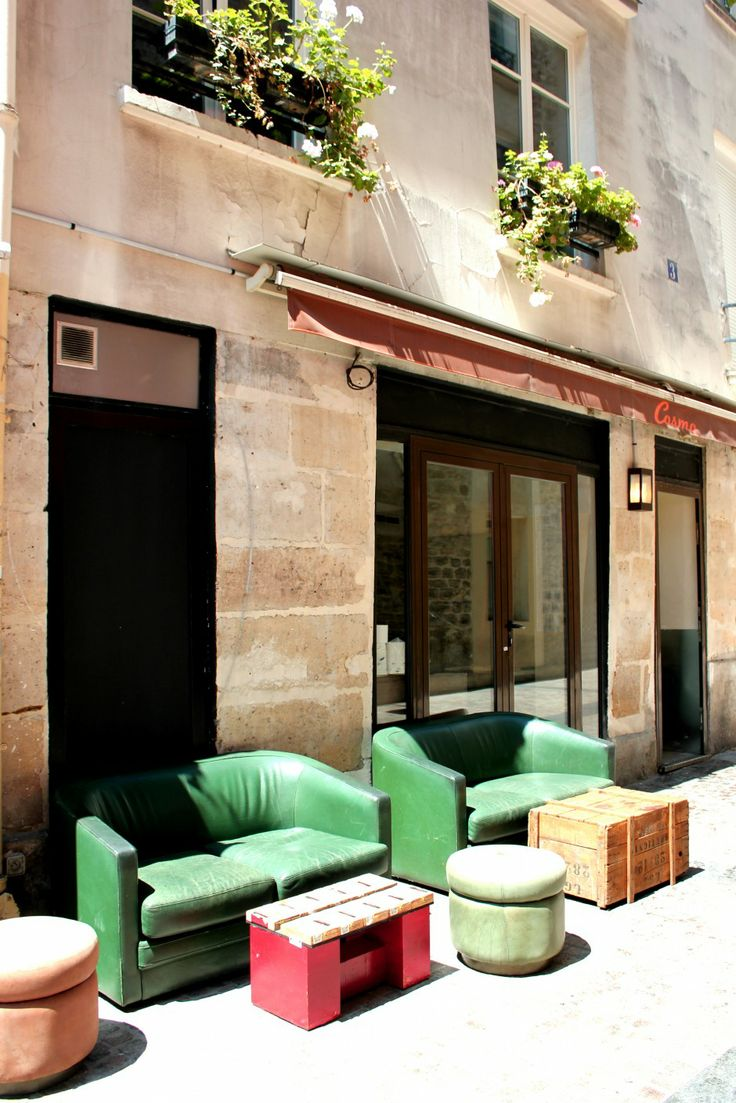 """Le Cosmo Market  Burgers - 40 rue Notre Dame de Nazareth, 75003 Paris  - bar à burgers et  galerie-concept store, ou l'on peut manger un Burger, se faire un café terrasse, service midi et livraison le soir (ouverture en soirée pour les beau jours) """"La tasse de votre café vous fait craquer, la table d'hôtes serait tellement bien chez vous, et le travail de ce créateur vous emballe, tout est à vendre ouvert tous les jours sauf le WE."""