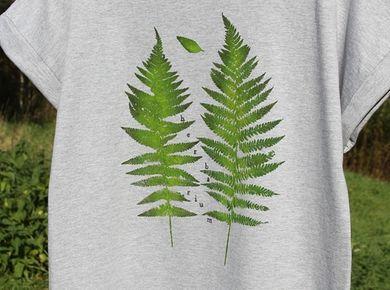 Love this gorgeous T-shirt with fern leaves imprinted on it!  Wzór wykonany ręcznie niezwykle pracochłonną metodą stemplowania roślin na tkaninie