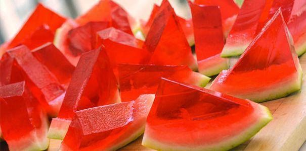 Deze watermeloen jelly shots zijn het perfecte drankje voor je zomerse pool party! Check hoe je deze originele shotjes maakt!