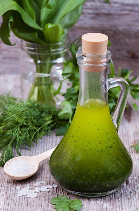 Ароматное масло из свежей зелени и растительного масла дополнит Ваши привычные блюда