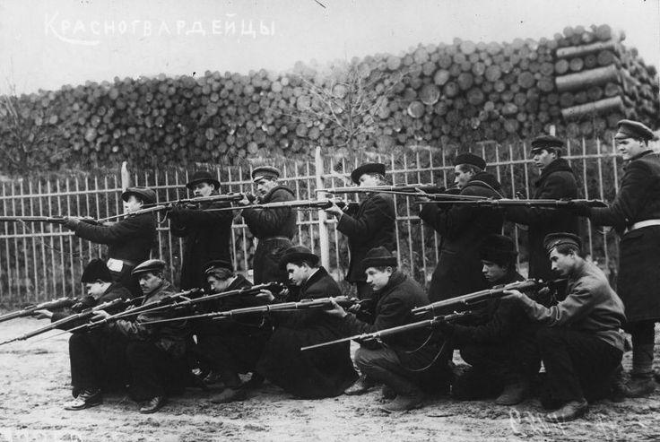 El escuadrón de combate de los putilovitas en ocupaciones de fusileros, octubre de 1917, Petrogrado.  Guardia Roja - Las fuerzas armadas voluntarias, crear organizaciones del Partido territoriales del POSDR (b) para la puesta en práctica de la revolución de 1917 en Rusia, la principal forma de organización militar de los bolcheviques durante la preparación y ejecución de la revolución de octubre y los primeros meses de la Guerra Civil.  Ahora San Petersburgo.