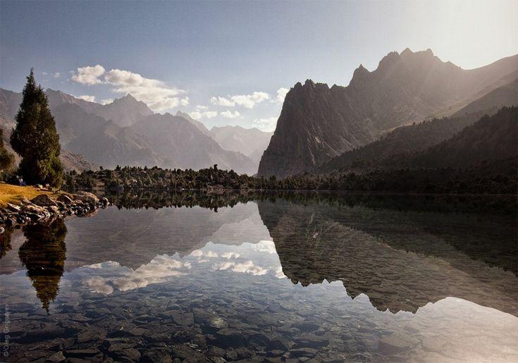 """Due settimane nel cuore delle catene montuose del Tagikistan, scalando le vette più alte delle montagne Fann. Il fotografo russo  Oleg Grigoryev  ha condiviso con il web i luoghi meravigliosi in cui ha avuto il piacere di risvegliarsi, godendo di panorami che lasciano a bocca aperta. """"Co"""