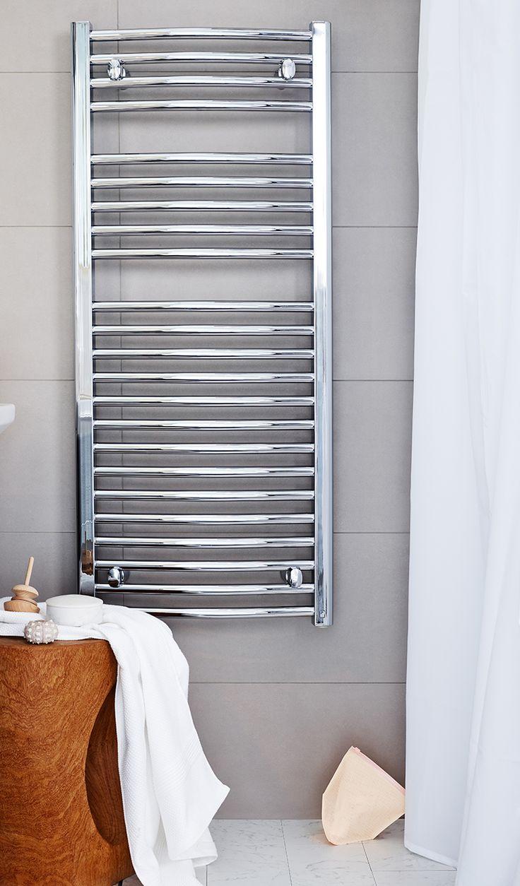 Den kromade handdukstorken Purmo Flores C Chrome är böjd och ger rejält med utrymme för handdukarna.