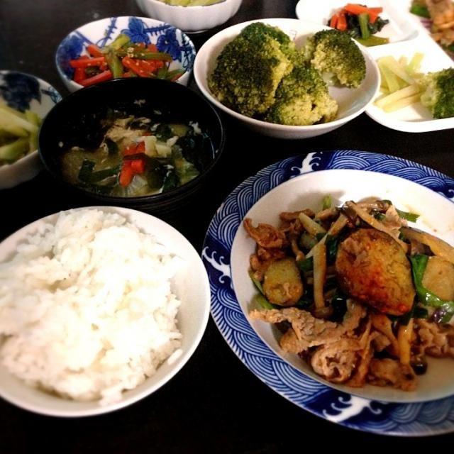 なす味噌炒めは仕上げに食べるラー油を加えてピリ辛。 カルボ作って余った卵白を中華スープに。 - 9件のもぐもぐ - なす味噌炒めと中華スープ by hanabisana