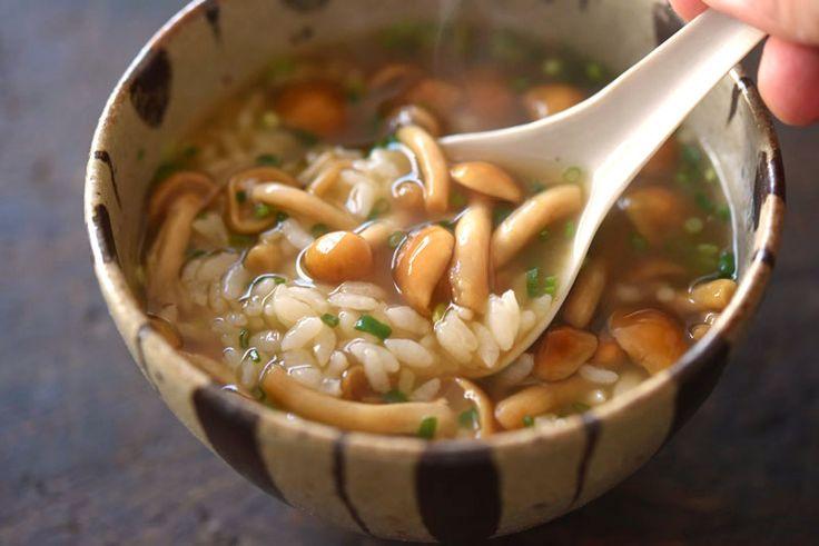 いちばん丁寧な和食レシピサイト、白ごはん.comの『なめこ雑炊の作り方』を紹介するレシピページです。なめこ雑炊は、なめこのつるんとした食感を楽しみたいので、生姜はしぼり汁にしてさらりと仕上げ、ねぎを入れるなら柔らかい細ねぎを刻んで加えるとよいです。ほのかに生姜の風味が香る、体もあたたまる雑炊ですので、寒い時期にぜひお試しください!