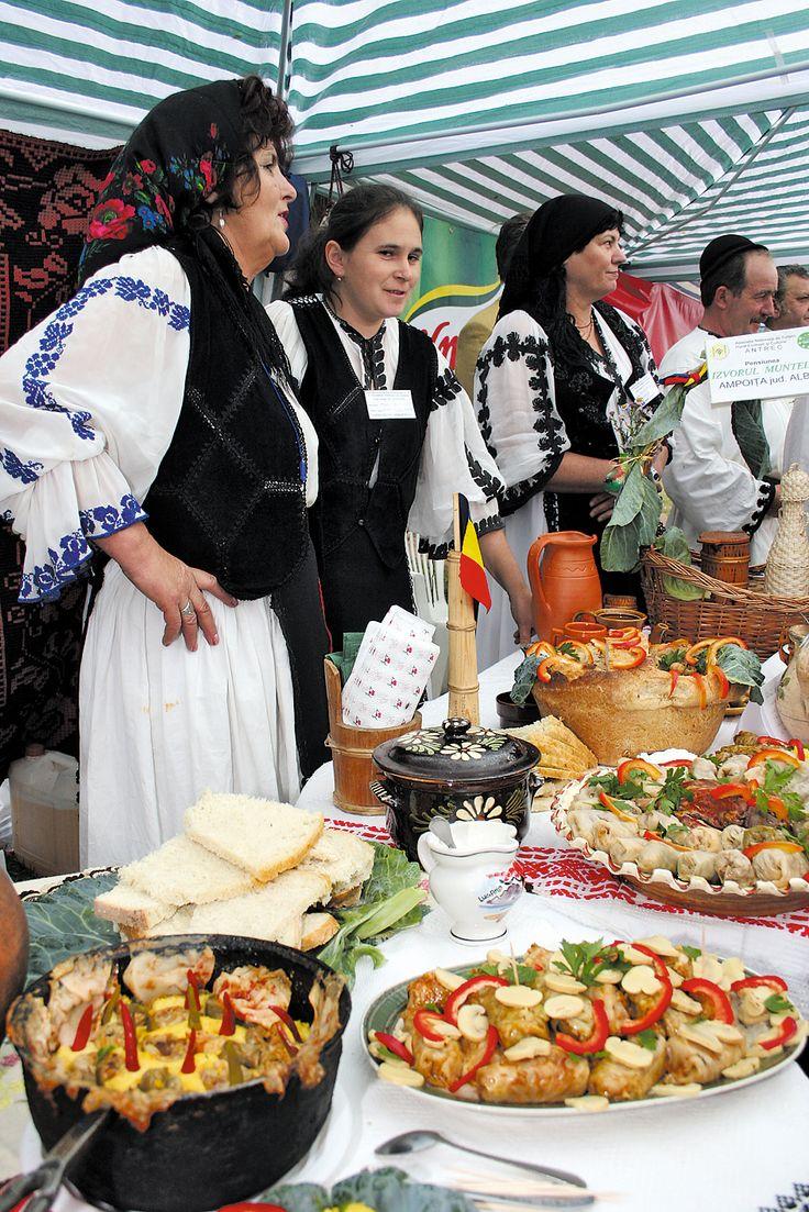 traditional cooking Romania. Hübsche Jungs und Mädels in Rumänischen Kostümen rum. Essen kellnern und vorbereiten lassen