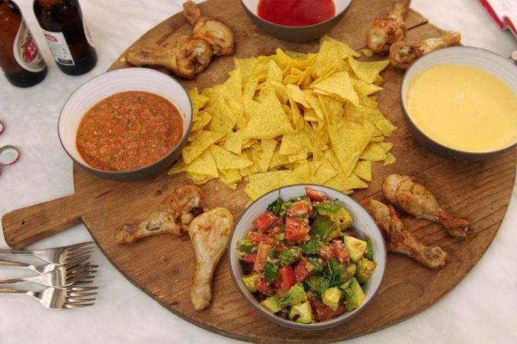 Gebakken drumsticks, nacho's met pittige kaasdip en tomatensalsa en avocadosalade. Zelfgemaakt – maar gezond - junkfood dat iedereen lust. Maak het van tevoren klaar zodat je met z'n allen naar het voetbal kan kijken. Tip: dit is het ultieme vaderdageten
