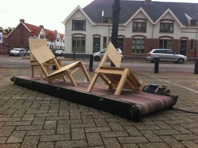 Zinloos Geweldig: houten stoelen die langzaam worden verzwolgen door een schuurmachine | The Creators Project