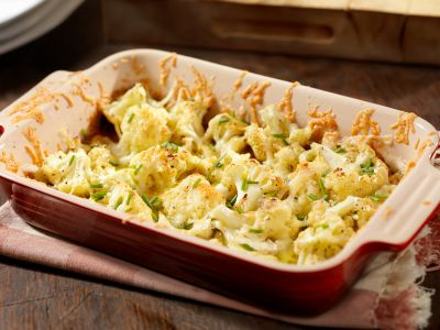 La coliflor al horno es deliciosa con el perejil, jugo de limón y huevo duro picado.