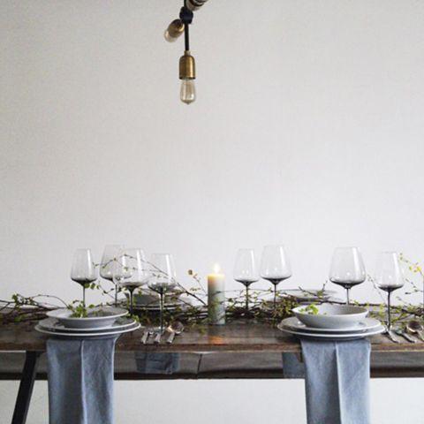Malene, bag bloggen Boligcious.dk, har dækket bord for Pillivuyt - Et smukt forårsbord med det nye grå plissé. Du kan se mange flere billeder og få hendes tips til en flot borddækning på pillivuyt.dk