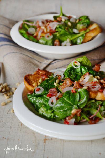 Gyöngyhagymás bébispenót saláta