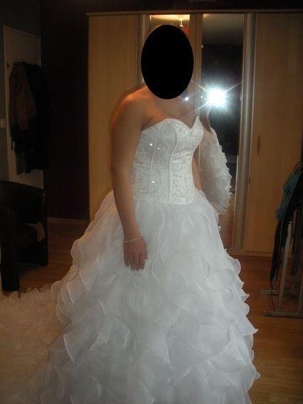 cause annulation de mariage vends robe de mariée neuve, blanche en orgnaza .taille 42  magnifique traine, laçage dans le dos.