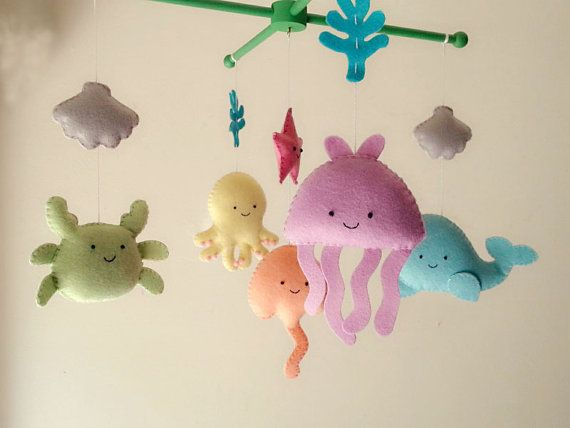 (((BEINHALTET))) Diese mobilen Kindergarten enthält Qualle, Octopus, Wal, Ray, Krabben, Seesterne und 2 Muscheln. Sie werden von den grünen Holz