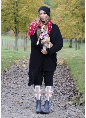 LEONA LEWIS  LOOK DE STAR POP  La chanteuse britannique Leona Lewis, porte fièrement les couleurs de son pays sur ses bottes de pluie et est ravissante dans ce look british pop !