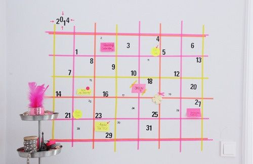 真っ白の壁にマスキングテープでつくるカレンダー。