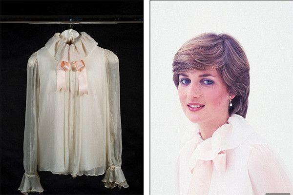 Emanuel, 1981. По легенде, для портрета в день помолвки Диана выбрала шифоновую блузу с атласной лентой наугад из длинного ряда светлых блузок. Модель была предложена никому тогда неизвестным дизайнерским дуэтом Давида и Элизабет Эмануэль.