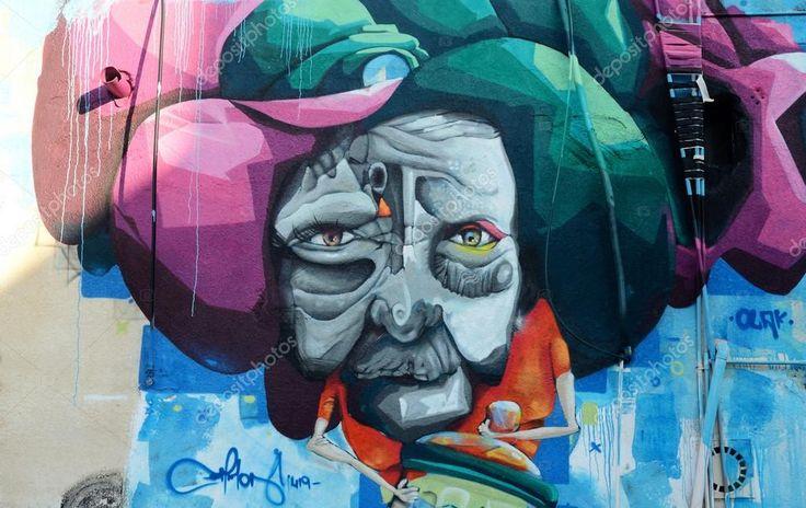 Пафос, Кипр - 19 апреля 2016: Closeup уличные граффити искусства росписи с изображением сказочных человеческим лицом в старой Европе центр Пафоса, Кипр,