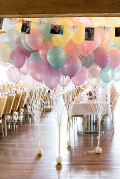 Luftballons an den Fenstern nach draußen und vor der Tür zum Raum wären toll