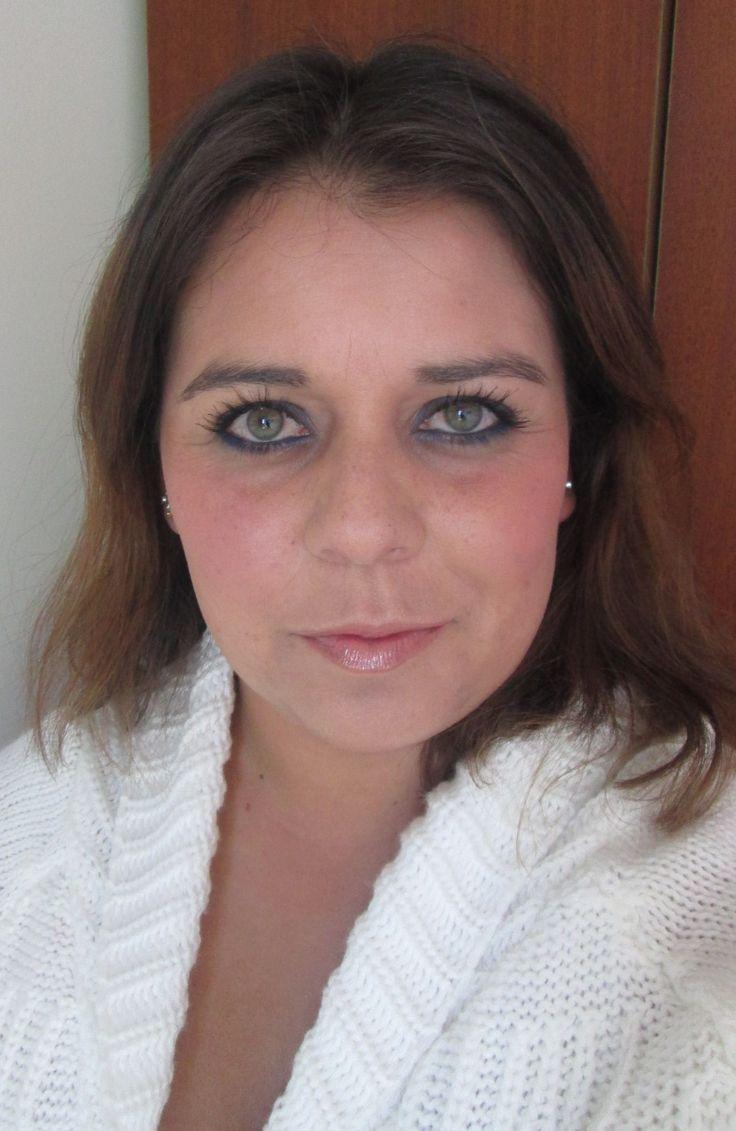 Maquillaje en azul para todos los días en  http://viviangilro.blogspot.com/2015/01/maquillaje-en-azul-para-todos-los-dias.html