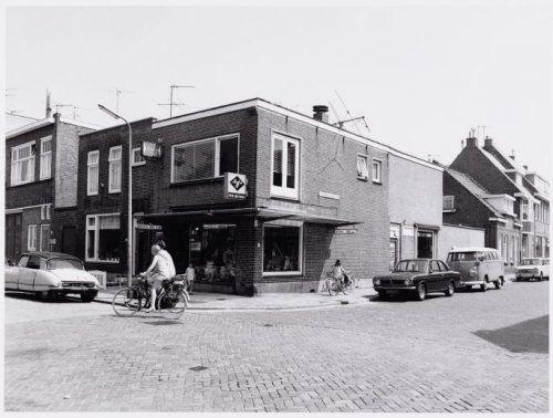 Jan Tijhuis fotozaak hoek Ouddiemerlaan/Kievietstraat. Had een kalf van een hond in de winkel.