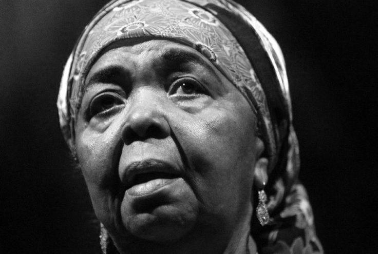 """Cesária Évora  Słynna pieśniarka Cesaria Evora, znana jako """"bosonoga diwa"""" z wysp Zielonego Przylądka, zmarła 17 grudnia 2012 w wieku 70 lat w swoim rodzinnym mieście Mindelo."""