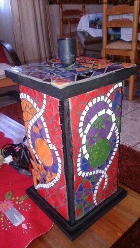 Lámpara con mosaico en sus cuatro caras.Base de madera, todo hecho a mano.