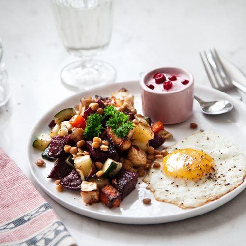 Recept på Höstpytt med lingonyoghurt och stekt ägg - MatHem