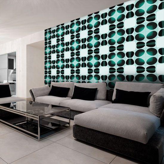 Zielona dekoracja ścian salonu z ciekawym motywem.
