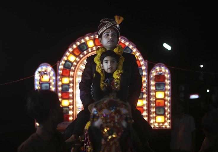 Un novio indio monta en un caballo durante su procesión de boda en Rajgar, Madhya Pradesh, India (Kevin Frayer/AP)