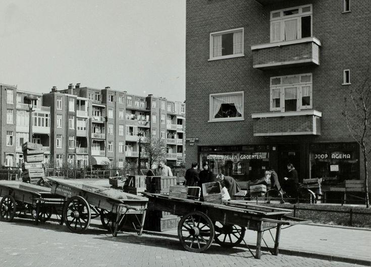 Buurtwinkel: groenteboer op de hoek - Het Geheugen van Nederland - Online beeldbank van Archieven, Musea en Bibliotheken