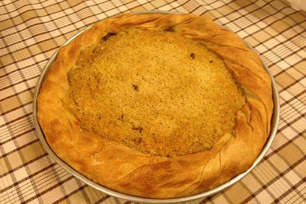 Μια από τις πολλές πίτες που έχουμε κρατήσει στην οικογενειακή παράδοση είναι η πρωτοχρονιάτικη πίτα από προβατίνα που έφτιαχναν οι Σουλιώτισσες και την φτιάχνει ακόμα η θεία μου η Ρήνα. Μέσα στο ρύζι ρίχνει το νόμισμα...