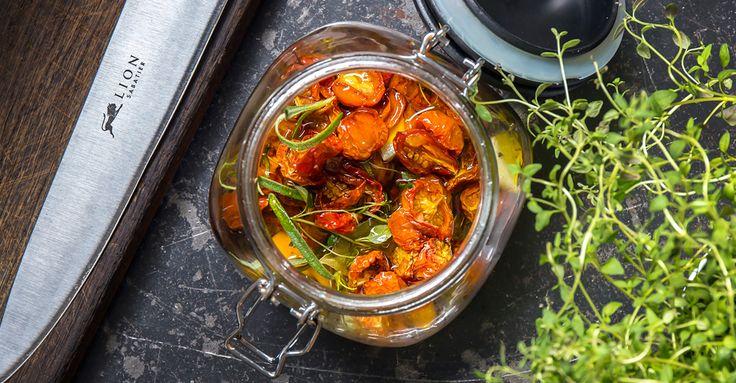 Läckra cocktailtomater med örter i god olja. Den goda smaken kommer av tomat, timjan, vitlök, lagerblad, rosmarin, Ekologisk Grönsaksfond och olja.