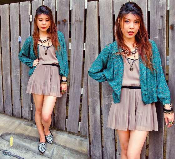 Gray Short Jumpsuit http://bstylevoyage.blogspot.com/ #layering #vintageshirt #shirt #hm #jumpsuits #chainnecklace #bangles #rings #armswag #bag #bejewelledshoes #accessories #ootd #lookoftheday #thaifashionblogger #fashionblogger #bstylevoyage #stylevoyage #fashion #outfitideas #outfitdetails #mixmatch #streetstyle #streetfashion #streetstylethailand #streetchic #outfitdetails #details