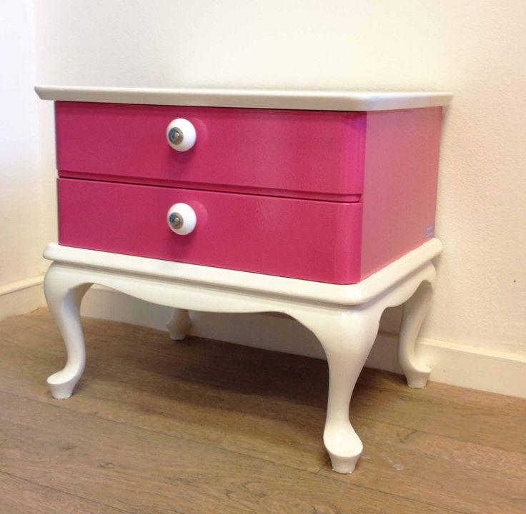 Leuk roze met witte ladekastje dat gemaakt is tot nachtkastje. De porseleinen knopjes op de twee kleine lades maken het kastje helemaal af.  Voor meer info: http://binnen-pret.nl/meubels/