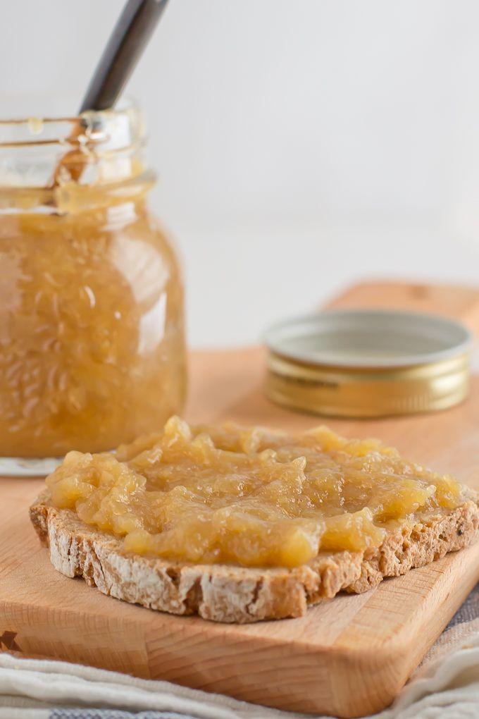 La compota de manzana es muy fácil de hacer y se puede usar en recetas dulces y saladas, como postre o como sustituto del huevo en la repostería vegana.