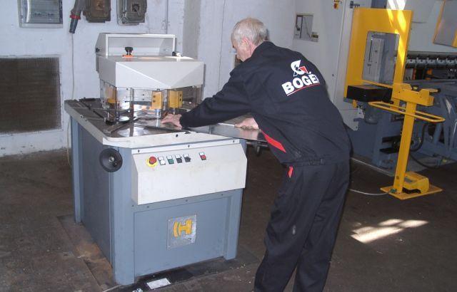 Rozsdamentes lemezek megmunkálásra alkalmas gépparkkal rendelkezünk.  http://www.bogep.hu/gyartastechnologia.html