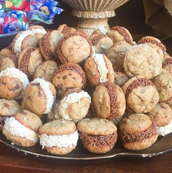 5 Dicas para Servir Cookies em Eventos! Com Rita Brigadeiros Uma super tendência nos eventos atuais são os cookies! Seja no café ou entreas sobremesas, eles são um sucesso. Não há quem resista a um cookie crocante e cheio de chocolate. Com gotas de chocolate belga e recheio então, ficam irresistíveis!  Fofos e deliciosos, […]
