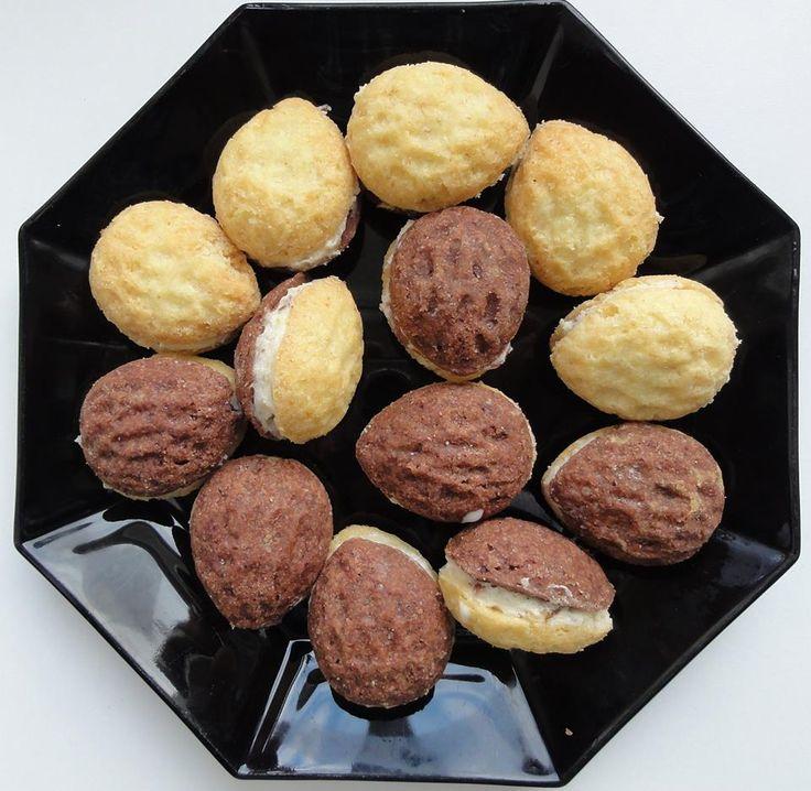 Ořechy plněné krémem jsou oblíbeným drobným cukrovím nejen na Vánoce a svatby. Spojení ořechového těsta a máslového krému je